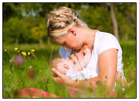 Фото: женщина, кормящая ребенка