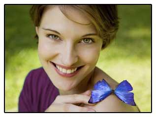Фото-девушка с бабочкой, символизирующей последствия удаления щитовидки