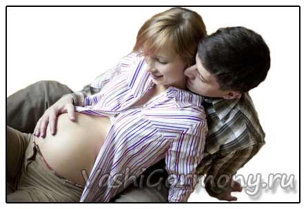 Фото счастливой семьи, ожидающей ребенка