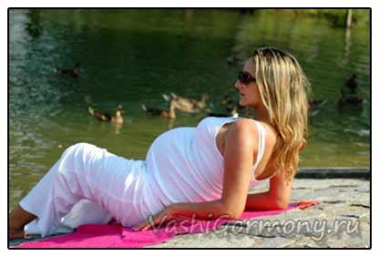Фото беременной женщины на берегу озера