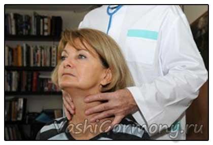 Фото: доктор пальпирует щитовидку