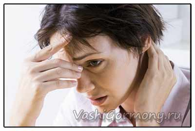 Фото: женщина с симптомами гипотиреоза