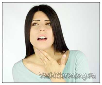 Фото: женщина с болью в шее из-за тиреоидита