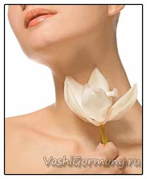Фото: женская шея на фоне цветка