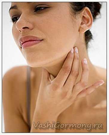 Фото женщины с симптомами хронического аутоиммунного тиреоидита